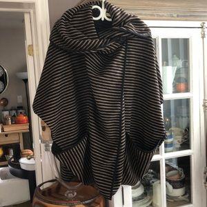 Poncho Wrap Black Tan with Pockets, OS